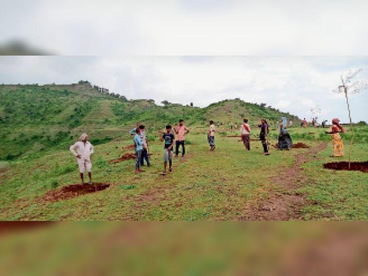 मासली माता पहाड़ी पर पौधरोपण करते ग्रामीण। - Dainik Bhaskar