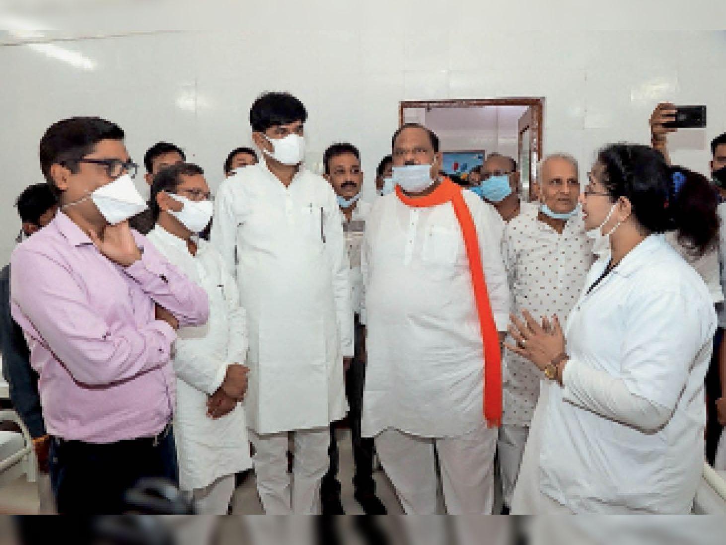 बाल चिकित्सालय के नए भवन के शुभारंभ अवसर पर व्यवस्थाओं के बारे में जानते प्रभारी मंत्री भदौरिया। - Dainik Bhaskar
