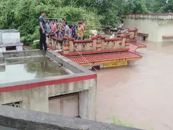 बादल फटने से राजकोट में 24 घंटे में 7 और जामनगर में 10 इंच बारिश, कई इलाकों में 8 फीट तक पानी भरा|गुजरात,Gujarat - Dainik Bhaskar