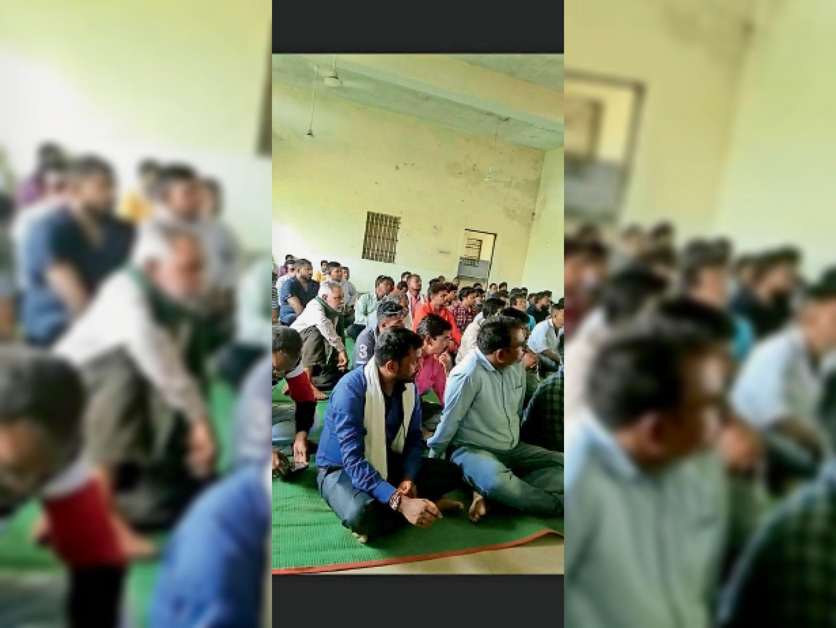 बगदेही। काली मंदिर में आयोजित बैठक में उपस्थित कांग्रेस के कार्यकर्ता - Dainik Bhaskar