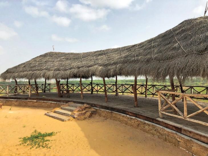 पार्क को रेगिस्तान की थीम देने के लिए छप्पर बनाए गए।
