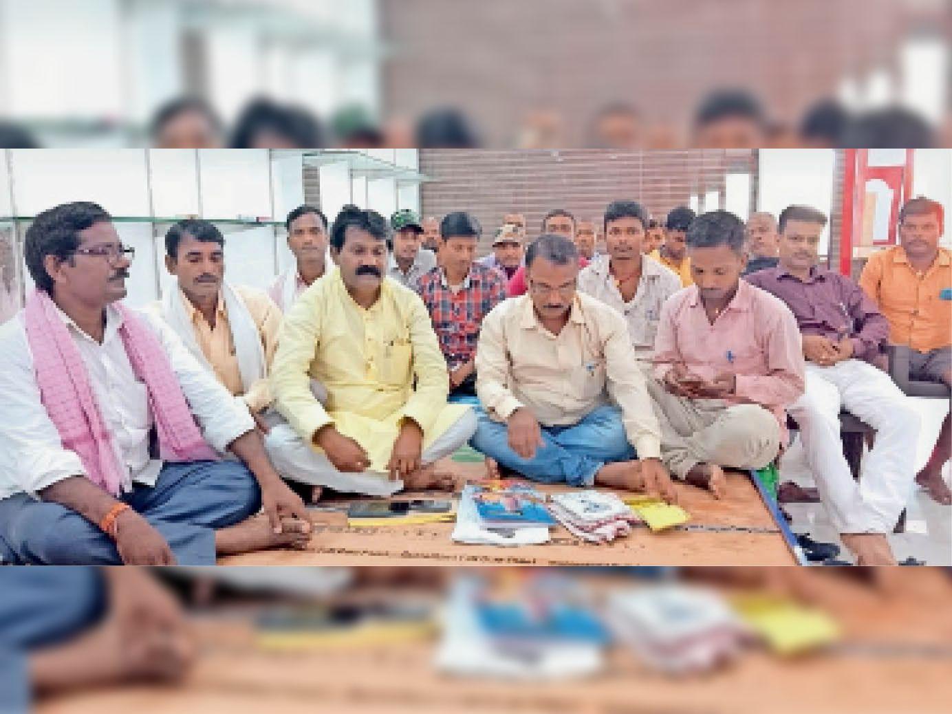 गड़हनी में बैठक के दौरान अभा धोबी महासमाज के कार्यकर्ता। - Dainik Bhaskar