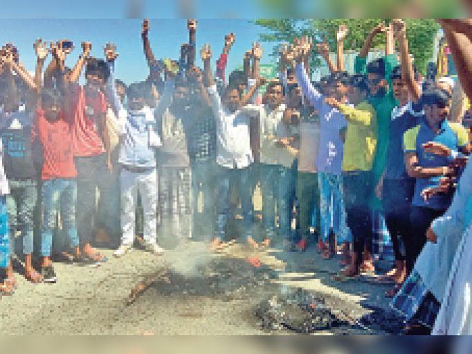 सड़क पर टायर जलाकर प्रदर्शन करते ग्रामीण। - Dainik Bhaskar