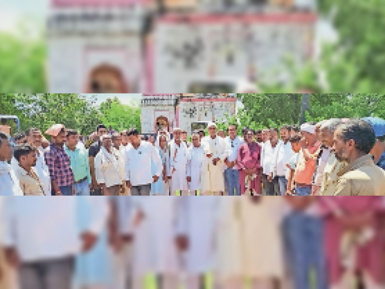 शोक सभा में शामिल लोग। - Dainik Bhaskar