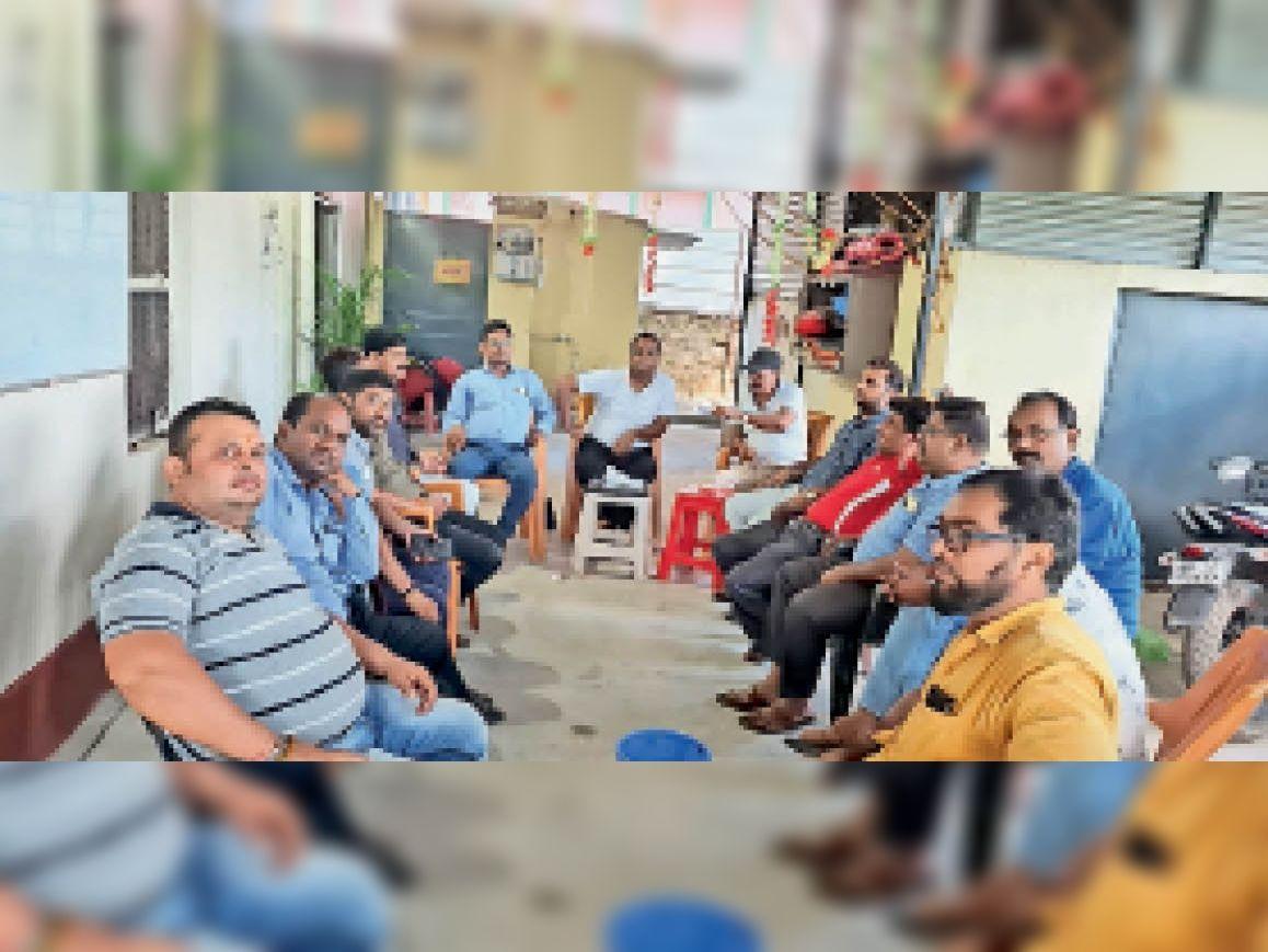 बैठक में शामिल संघ के सदस्य - Dainik Bhaskar