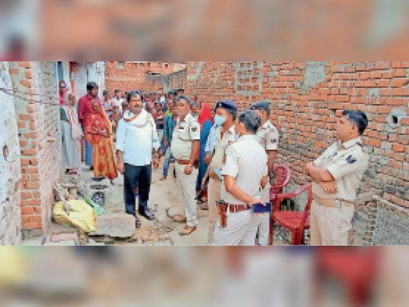 मौके पर जांच करने पहुंची पुलिस। - Dainik Bhaskar