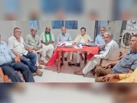 बांका प्राथमिक शिक्षक संघ भवन में बैठक करते सदस्य। - Dainik Bhaskar