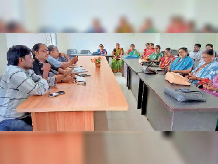 बैठक में उपस्थित अधिकारी व प्रखंड क्षेत्र के बीएलओ। - Dainik Bhaskar