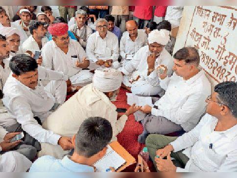 बाड़मेर. ग्रामीणों की समस्याएं सुनते राजस्व मंत्री। - Dainik Bhaskar