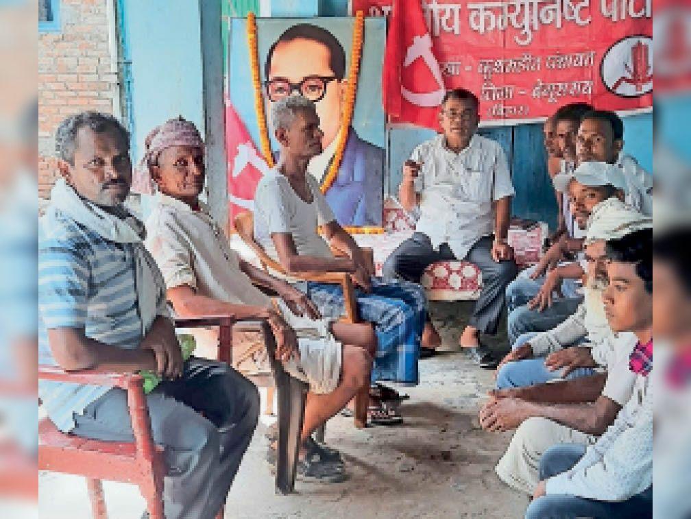 शाखा सम्मेलन में मौजूद पार्टी के नेता और कार्यकर्ता। - Dainik Bhaskar