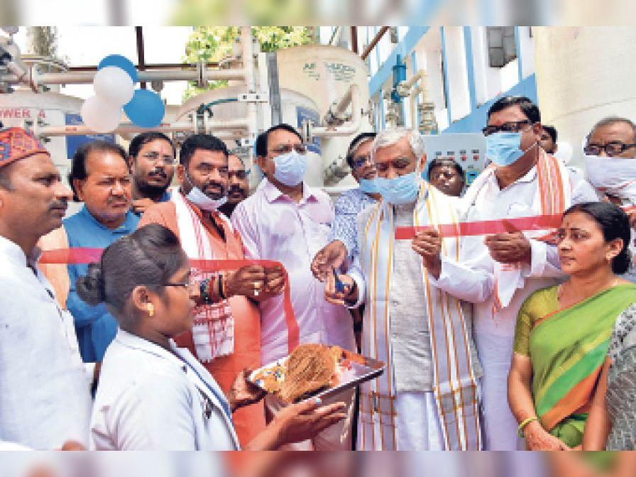 सदर अस्पताल में ऑक्सीजन प्लांट का उद्घाटन करते केंद्रीय मंत्री। - Dainik Bhaskar