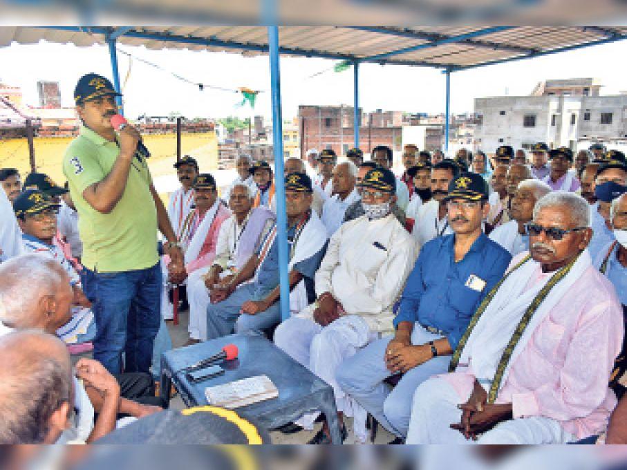 बैठक को संबोधित करते सैनिक संघ के सदस्य। - Dainik Bhaskar