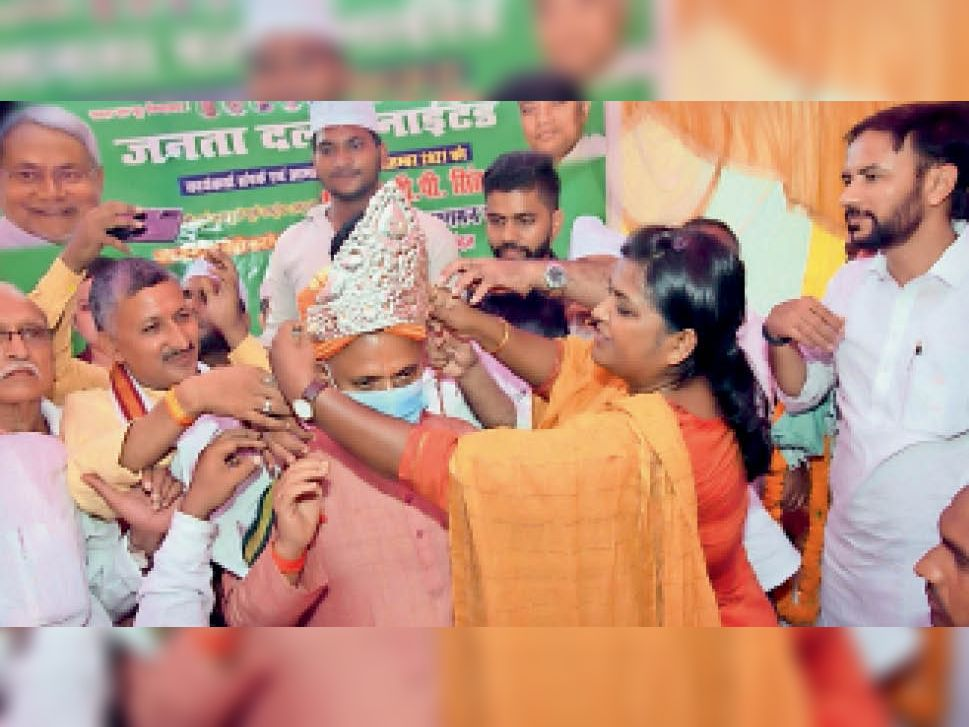 मंत्री रामचंद्र प्रसाद सिंह को चांदी की मुकुट पहनाती अंजुम आरा। - Dainik Bhaskar