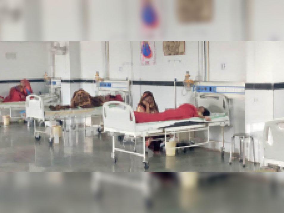 छतरपुर  घटना के बाद जिला अस्पताल में भर्ती नाबालिग लड़की। - Dainik Bhaskar