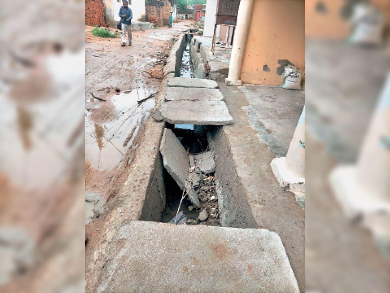 छतरपुर|पंचायत में किया नया नाली निर्माण कार्य, होने लगा क्षतिग्रस्त। - Dainik Bhaskar
