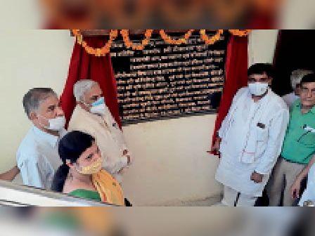 झुंझुनूं. श्रम कार्यालय में श्रमिक सुविधा केंद्र का लोकार्पण करते मंत्री - Dainik Bhaskar