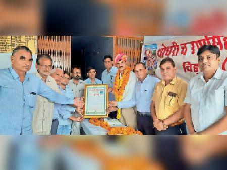 शिक्षक जयसिंह का अभिनंदन करते अतिथि। - Dainik Bhaskar