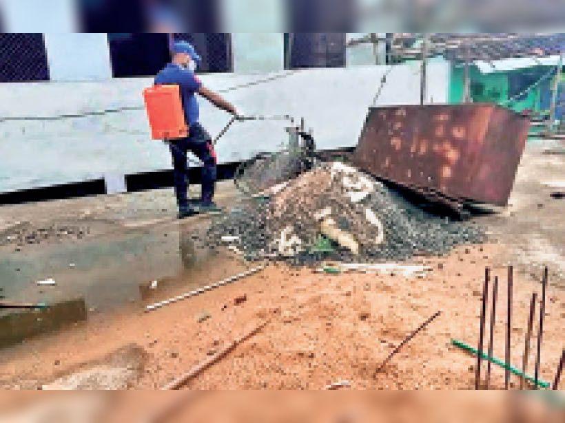 दमोह   पेट्रोल पंप के बाजू से पार्किंग के लिए चिन्हित की गई जगह पर लग गई दुकानें। - Dainik Bhaskar