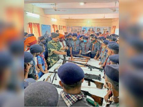 लालसोट | बीकानेर में सैन्य उपकरणों के बारे में स्काउट एवं रोवर को जानकारी देते सैन्य अफसर। - Dainik Bhaskar