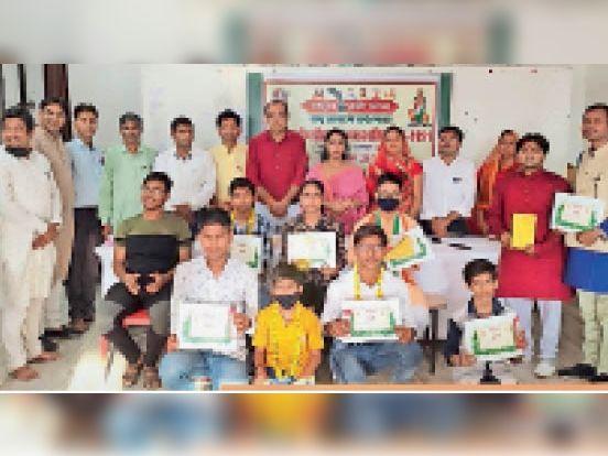 दौसा   श्रीराम काव्य पाठ प्रतियोगिता में शामिल प्रतिभागी, विजेता व अतिथि। - Dainik Bhaskar