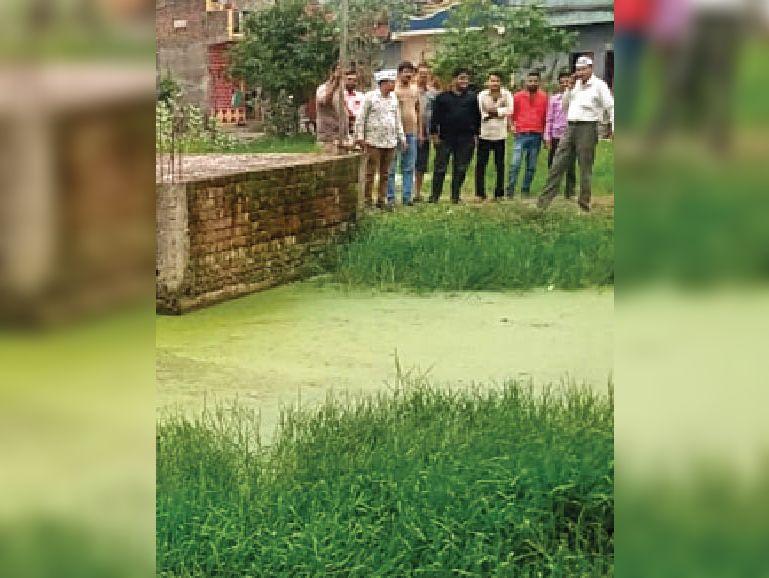 जयप्रकाश नगर में सार्वजनिक जगह पर भरा गंदा पानी। - Dainik Bhaskar