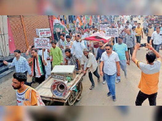 कन्नौद में कांग्रेस कार्यकर्ता रसोई गैस टंकी की शवयात्रा निकालते हुए। - Dainik Bhaskar