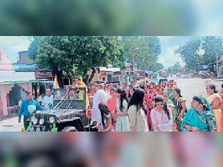 चापड़ा में तपस्वी का वरघाेड़ा निकालते हुए समाजजन। - Dainik Bhaskar