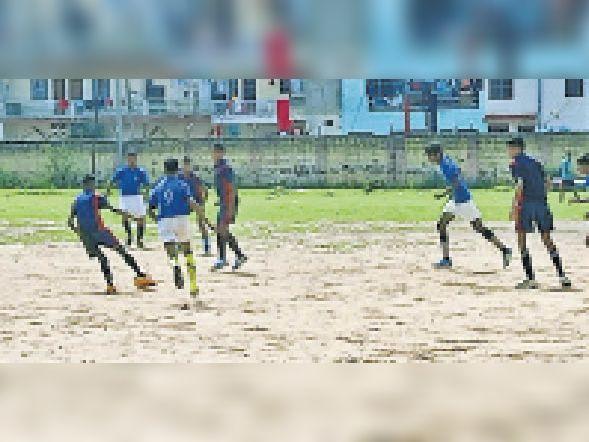 धौलपुर. बड़ी फील्ड में प्रतियोगिता के दौरान खिलाड़ी। - Dainik Bhaskar