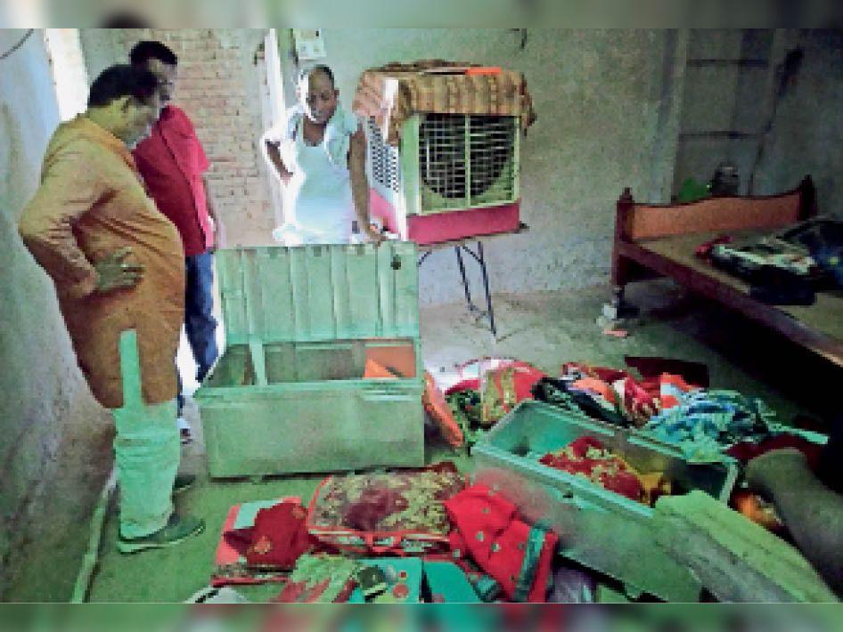 टूटे आलमीरा और बिखरे सामान को दिखाते पीड़ित परिवार। - Dainik Bhaskar