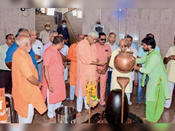 झालावाड़. कनवाड़ी रामकुंड बालाजी मंदिर में पूजा-अर्चना करते हुए केंद्रीय मंत्री शेखावत। - Dainik Bhaskar