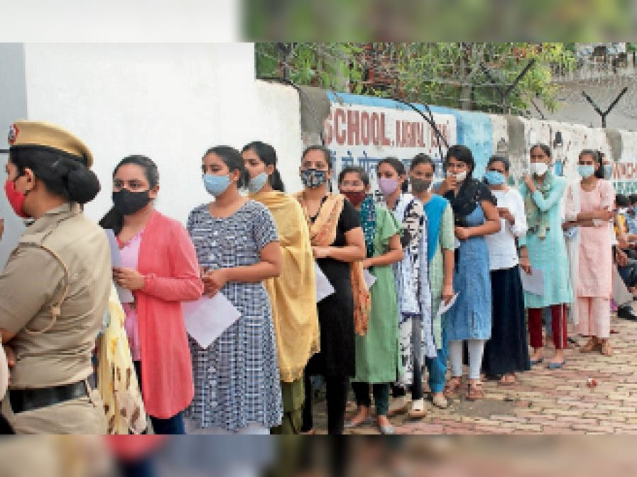 करनाल. एचसीएस की परीक्षा को लेकर परीक्षा केंद्र के बाहर उपस्थित परीक्षार्थी। - Dainik Bhaskar