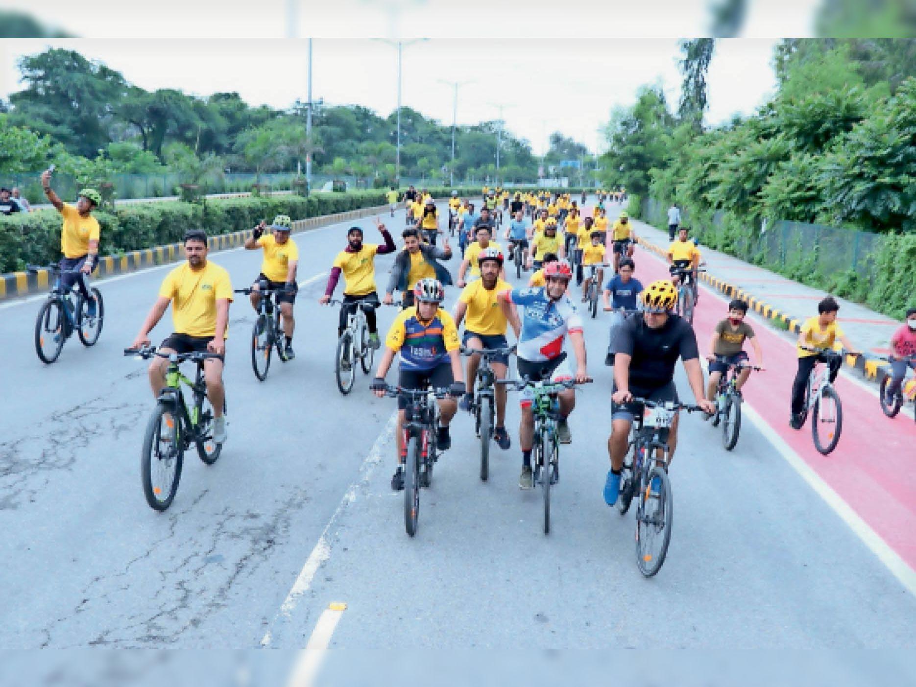 करनाल. जेसीआई करनाल सिटी ने फिट इंडिया हिट इंडिया के तहत साइकिल रैली में युवा हिस्सा लेते हुए। - Dainik Bhaskar