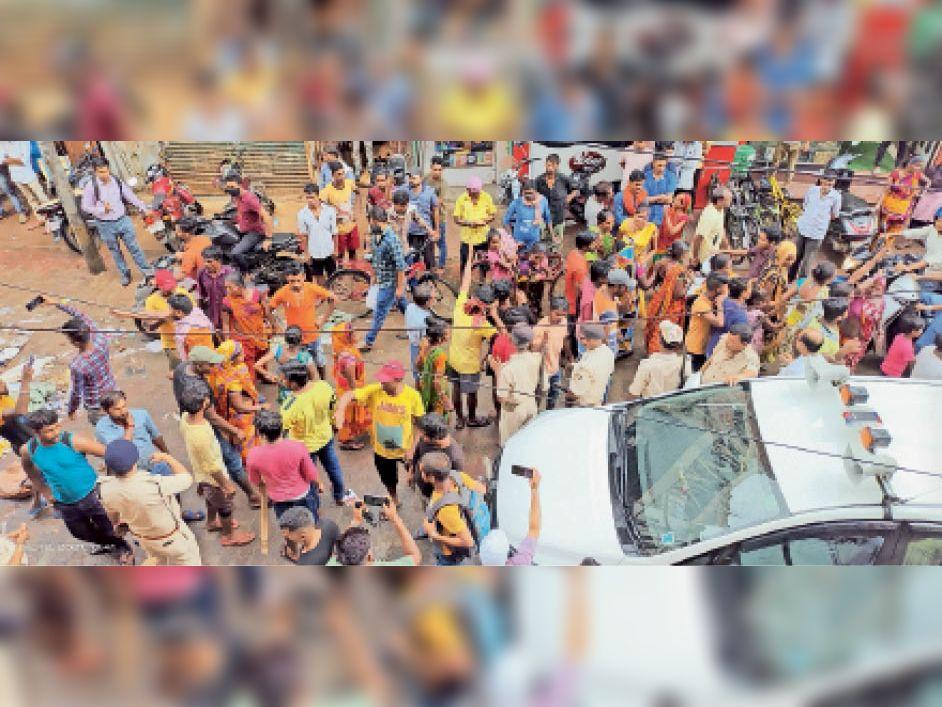 रविवार को आउटसोर्सिंग कर्मियों की सफाई कार्य को रोकने पहुंचे संविका कर्मी और मौजूद पुलिस बल। - Dainik Bhaskar