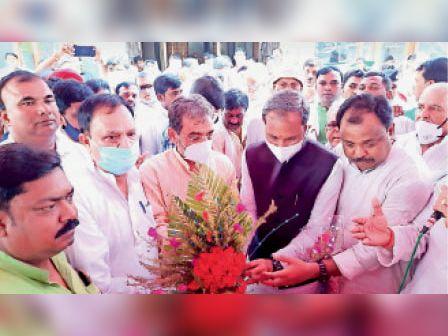 रविवार को उपेंद्र कुशवाहा का स्वागत करते जदयू कार्यकर्ता। - Dainik Bhaskar