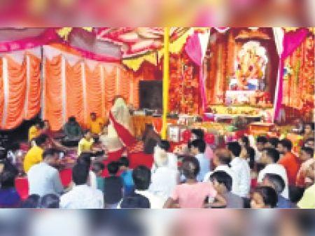 खंडार   गणेश जन्मोत्सव में भजन संध्या के दौरान मैजूद भक्त। - Dainik Bhaskar
