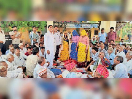 चकेरी | ओलवाड़ा पंचायत में जिला प्रमुख का स्वागत करते ग्रामीण। - Dainik Bhaskar