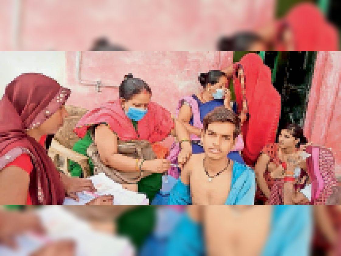 कुंडेश्वर  अस्तोन गांव में घर-घर जाकर किया गया लोगों का वैक्सीनेशन। इसी से मिली 100 फीसदी सफलता। - Dainik Bhaskar