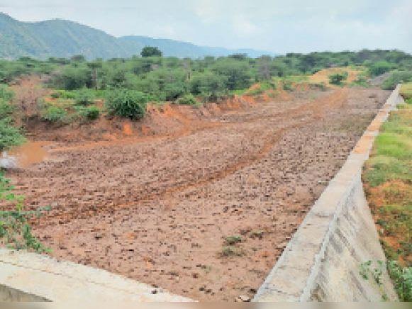 टोडारायसिंह। बागात में बनाया गया एनीकट जो बारिश के बाद भी दो साल से सूखा पड़ा है। - Dainik Bhaskar