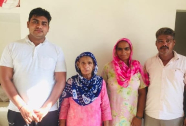 मां, पत्नी और बेटे के साथ सुशील काजल। (फाइल फोटो)