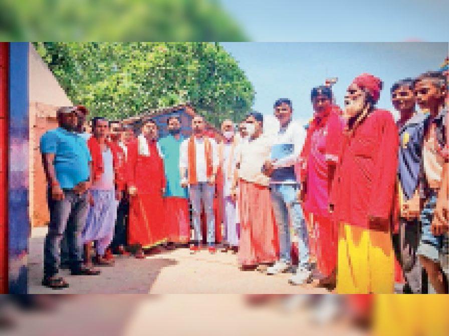 पंडा समाज व दुकानदारों से मुलाकात करते भाजपा नेता व अन्य। - Dainik Bhaskar