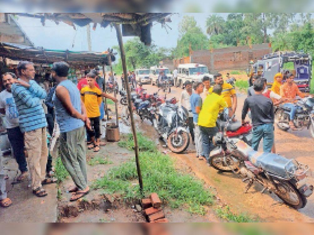 वारदात की सूचना मिलने के बाद करीम के घर के बाहर लाेगाें की भीड़ लग गई। - Dainik Bhaskar