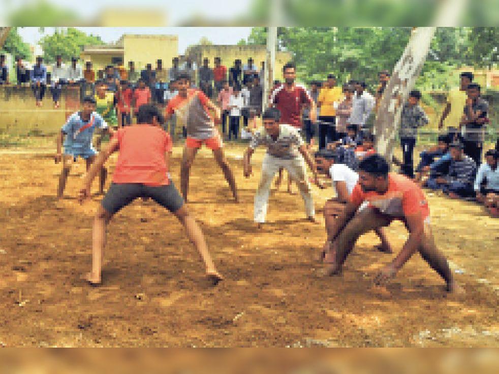 धीरवास बड़ा में कबड्डी के उद्घाटन मैच में दमखम दिखाते खिलाड़ी। - Dainik Bhaskar