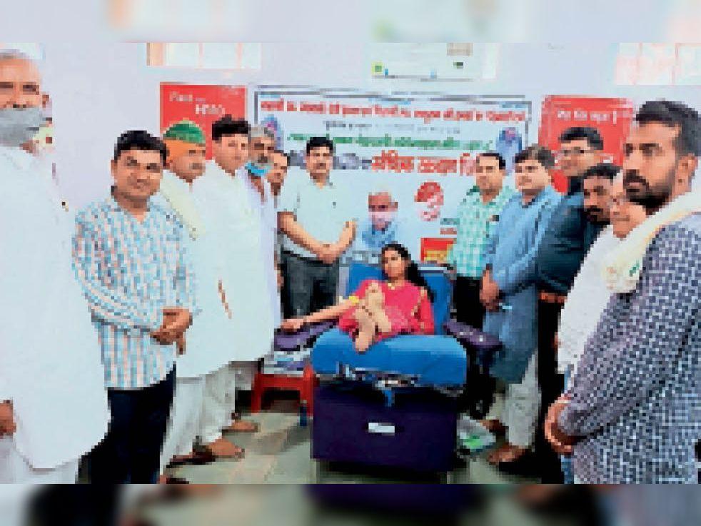 रक्तदान शिविर में रक्तदान करती छात्रा। - Dainik Bhaskar