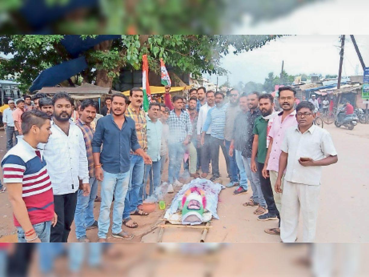 नगरी। युवा कांग्रेस नगरी सिहावा के कार्यकर्ताओं ने पूर्व मंत्री अजय चन्द्राकर का पुतला जलाकर मुर्दाबाद के नारे लगाए। - Dainik Bhaskar