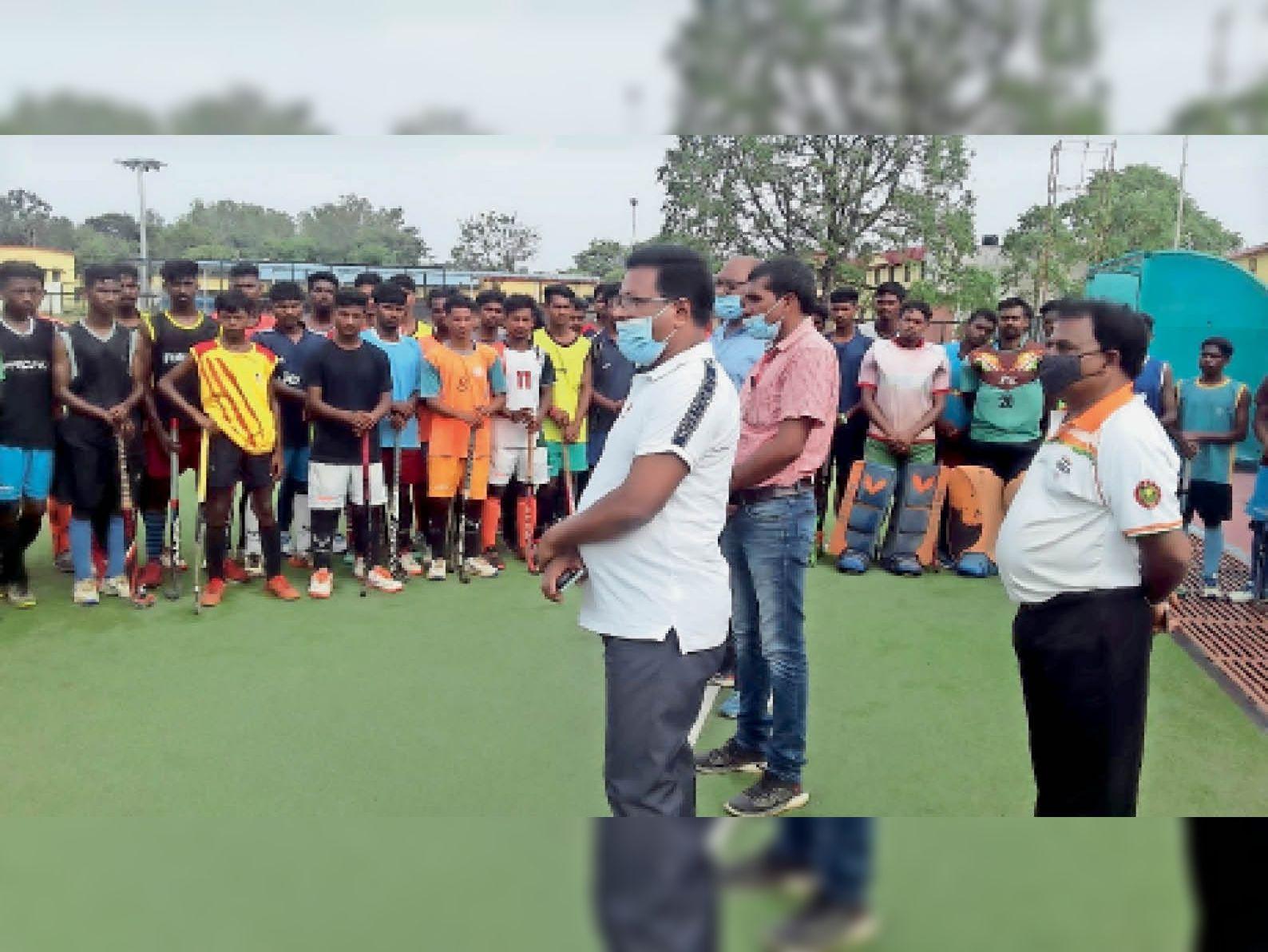 खिलाड़ियों को संबोधित करते एसडीपीओ। - Dainik Bhaskar