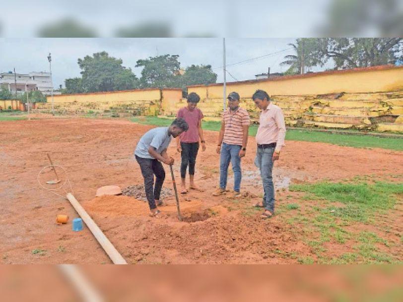 एकलव्य मैदान में प्रतियोगिता के लिए नेटबॉल के पोल लगाए गए। - Dainik Bhaskar
