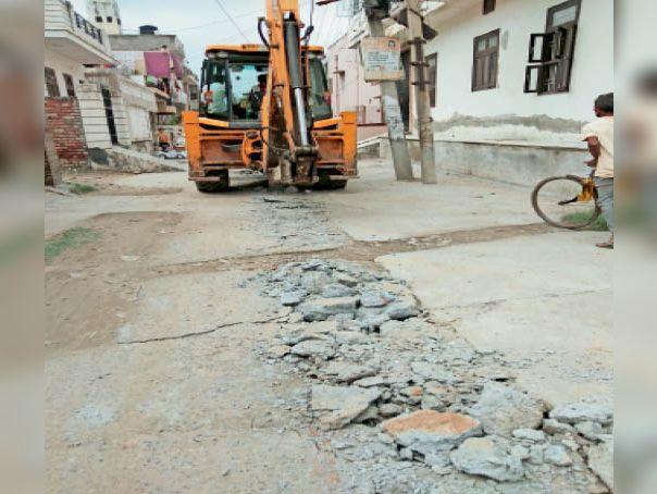 पुराना हाउसिंग बोर्ड कॉलोनी में नई पेयजल लाइन डालने के लिए सड़क की खुदाई करती जेसीबी। - Dainik Bhaskar