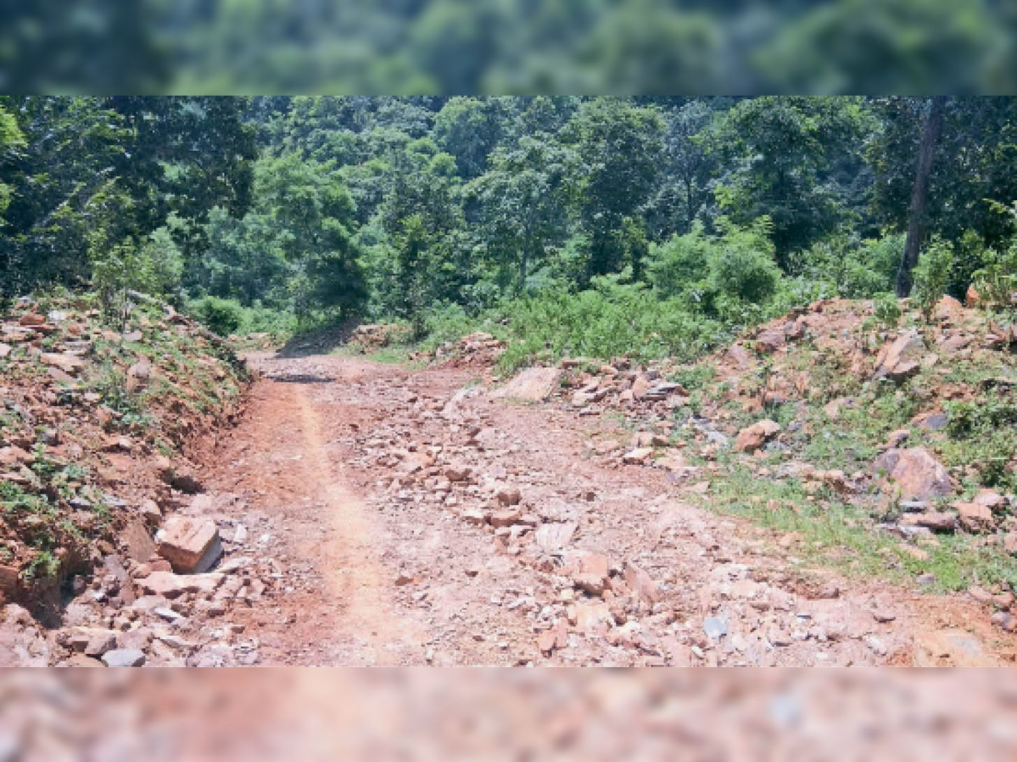 रानाबुरु का अधूरा सड़क का निर्माण कार्य। - Dainik Bhaskar