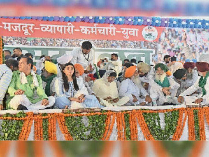 सिरसा। मंच पर बैठे किसान नेता और पदाधिकारी। - Dainik Bhaskar