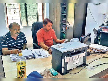 पंचायत चुनाव की तैयारी में जुटे प्रधान सहायक व अन्य। - Dainik Bhaskar